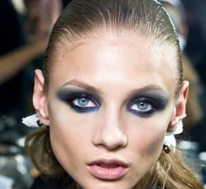 Au défilé Versace, le regard s'habille de tons bleu nuit. Les yeux smocky troquent l'immuable gris anthracite contre du bleu éléctrique.