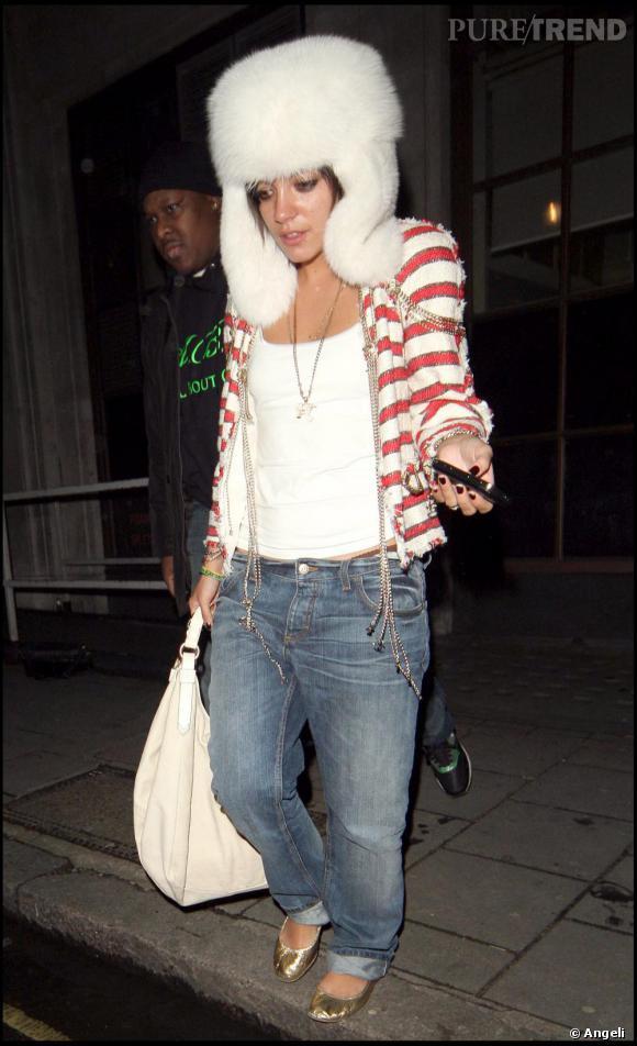 La pétillante  [people=1940] Lily Allen [/people] , qui est la nouvelle égérie maroquinerie de la maison  [brand=4294719633] Chanel [/brand] , opte pour un modèle rayé rouge et blanc qu'elle mixe avec un jean.