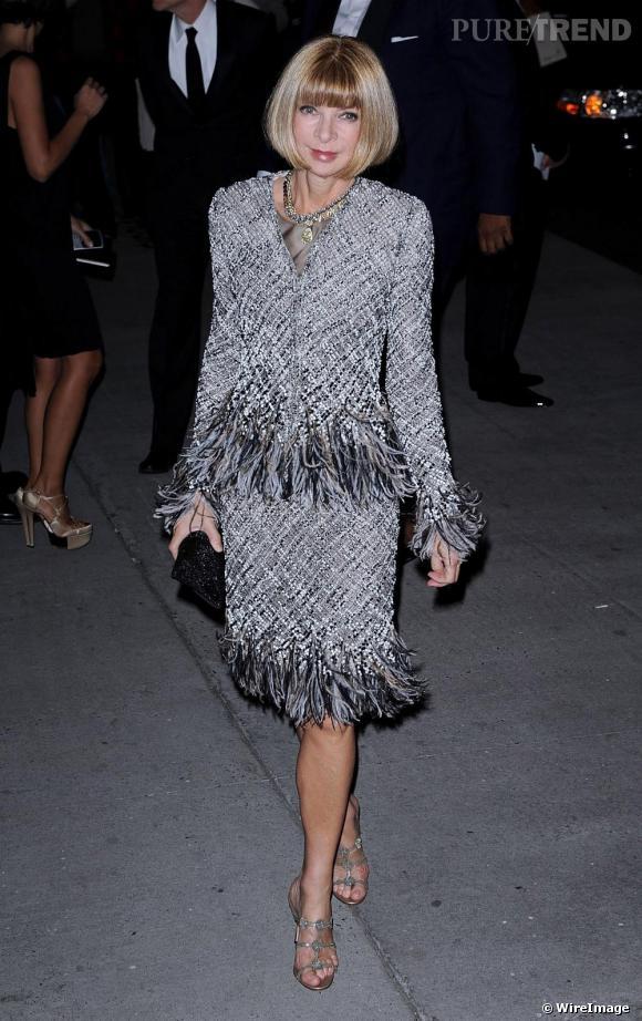 La papesse de la mode  [people=1920] Anna Wintour [/people]  opte quant à elle pour une tenue plus traditionnelle en tailleur en tweed  [brand=4294719633] Chanel [/brand]