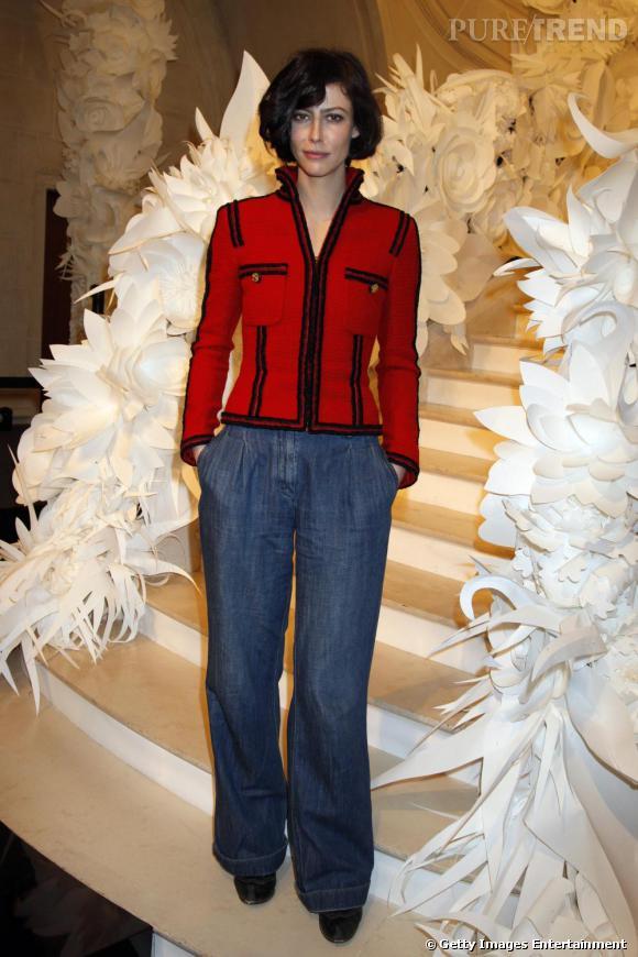 Favorite de  [people=1892] Karl Lagerfeld [/people] ,  [people=2076] Anna Mouglalis [/people]  associe sa veste en tweed  [brand=4294719633] Chanel [/brand]  à un jean taille haute pour lui donner une dimension bobo.