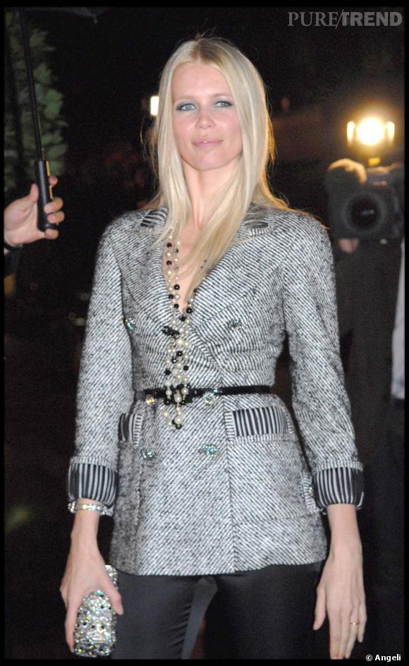 [people=2075] Claudia Schiffer [/people]  nous prouve ici qu'élégance peut rimer avec sexy en associant sa veste en tweed  [brand=4294719633] Chanel [/brand]  à un pantalon en satin
