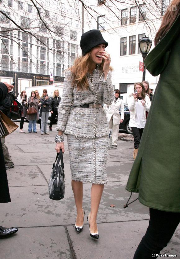 Sur le tournage de  Sex and the City ,  [people=1983] Sarah Jessica Parker [/people]  opte pour un total look et vote pour le tailleur  [brand=4294719633] Chanel [/brand]  en tweed.