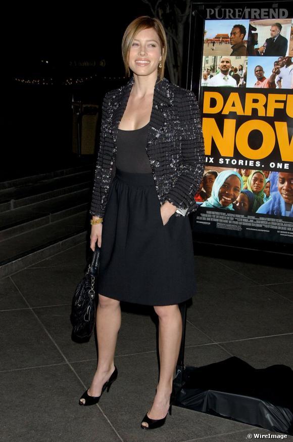 Pour une allure jeune, féminine et élégante,  [people=2369] Jessica Biel [/people]  porte sa veste en tweed  [brand=4294719633] Chanel [/brand]  ouverte avec une jupe taille haute et un top.