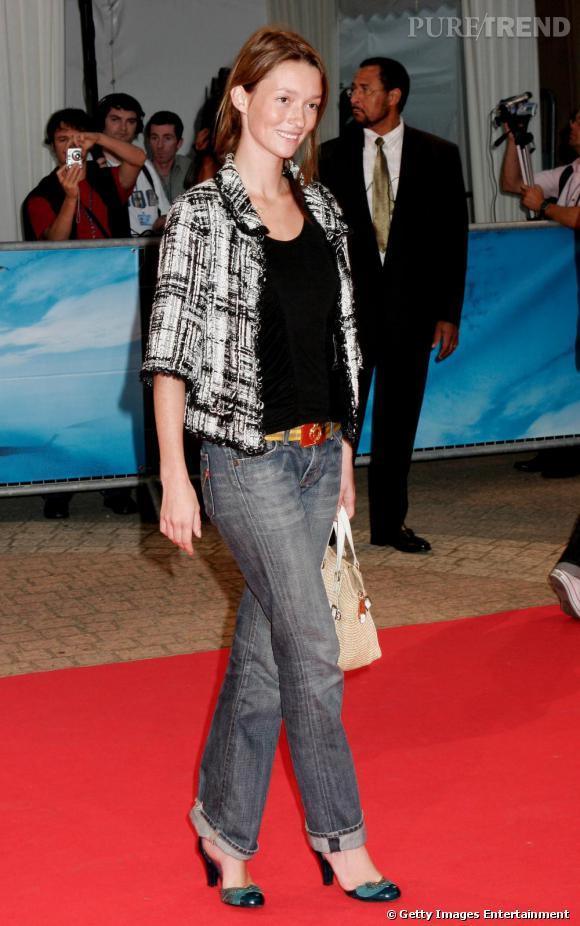 Audrey Marnay est une inconditionnelle de  [brand=4294719633] Chanel [/brand]  et de la veste en tweed de la maison qu'elle porte ici avec un jean. L'actrice, qui a un look plutôt bobo utilise la veste Chanel pour se confectionner une allure casual chic.