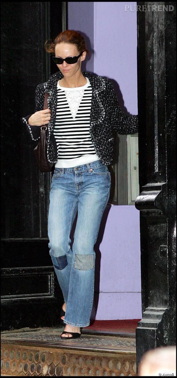 Vanessa Paradis  qui était une égérie Chanel très convaincante est devenue comme toutes les égéries de la maison une inconditionnelle de la marque. Veste en tweed ou sac matelassé, elle s'est emparée de tous les classiques de la maison. Ici elle associe sa veste Chanel à un jean rapiécé et interprète parfaitement le chic décontracté de la Parisienne.