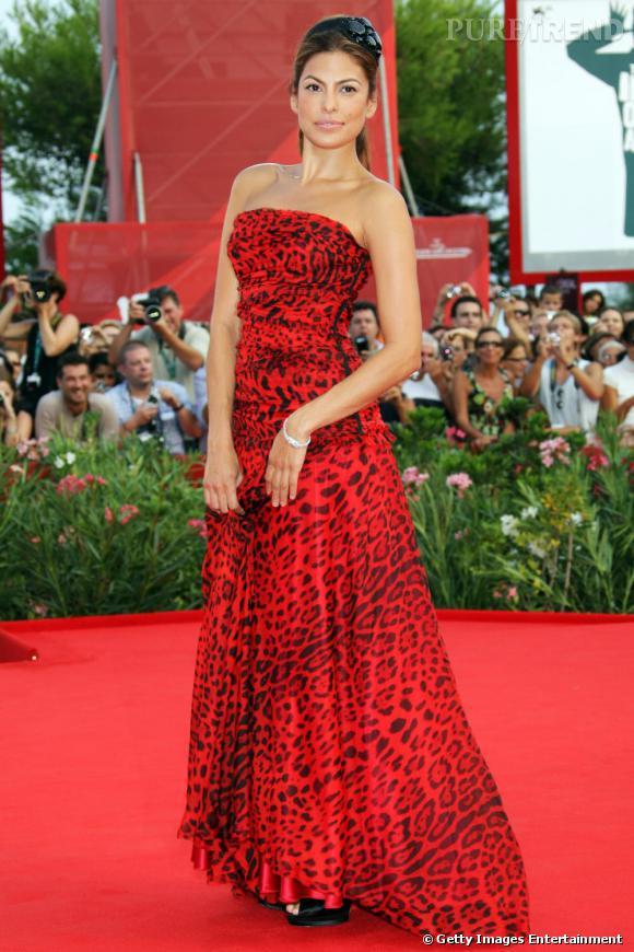 Toujours aussi féline,  [people=2189] Eva Mendès [/people]  a choisi une robe en accord avec sa sensualité. Pour fouler le tapis rouge de la Mostra de Venise, l'actrice a misé sur une robe bustier, imprimé léopard rouge et griffée  [brand=1294] Dolce & Gabbana [/brand] .   Un look glamour et résolument moderne.