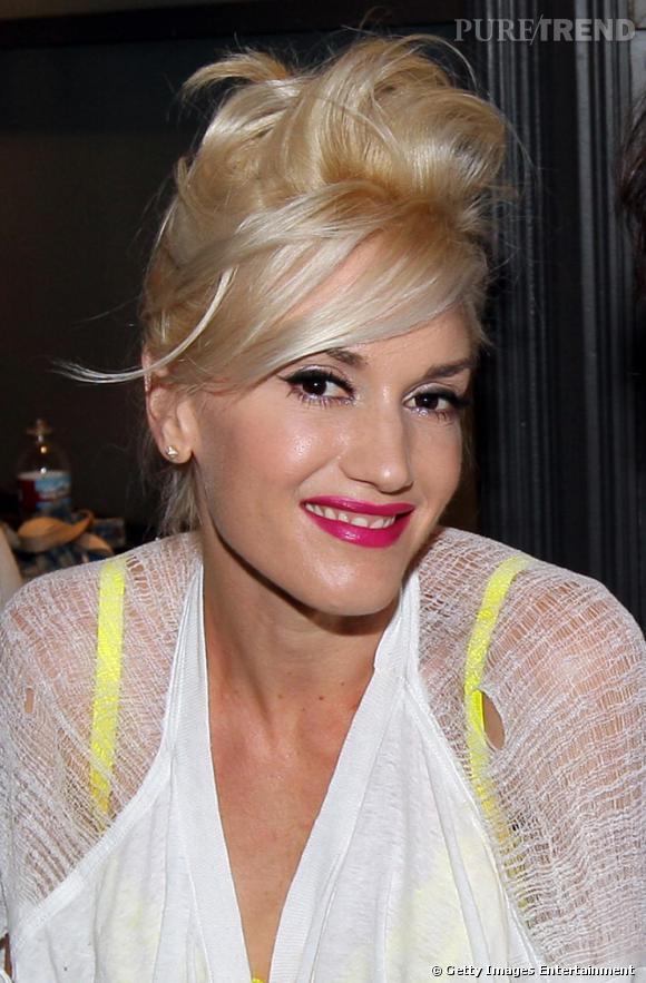 [people=2489]Gwen Stefani[/people], jamais en reste coté coiffures originales choisit ici un superbe chignon, doublé d'une belle coque laissant s'échapper quelques mèches de cheveux. Sa couleur blond platine permet d'apprécier l'effet.