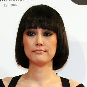 [people=2548]Rinko Kikuchi[/people] avait fait sensation à Cannes avec sa jolie coupe au bol. Ses cheveux ont poussé depuis, pour arriver à ce délicieux carré. La coiffure gagne en piquant grâce à sa couleur brune.