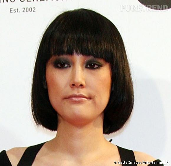 [people=2548] Rinko Kikuchi [/people]  avait fait sensation à Cannes avec sa jolie coupe au bol. Ses cheveux ont poussé depuis, pour arriver à ce délicieux carré. La coiffure gagne en piquant grâce à sa couleur brune.