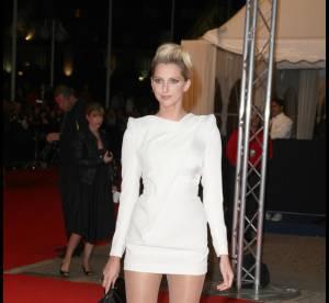 Frédérique Bel en robe très mini : une blanche apparition