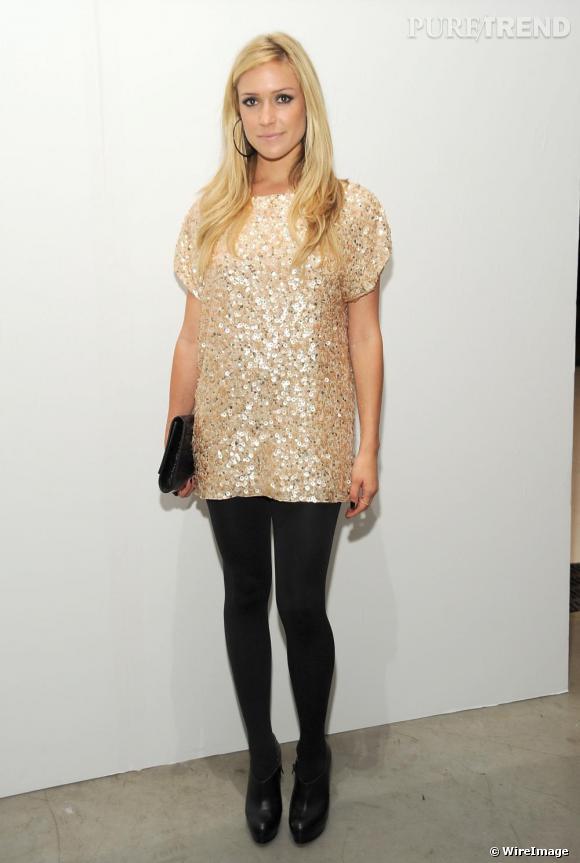 Pour la présentation de la petite marque américaine  Alice + Olivia  ,  Kristin Cavallari   est apparue en mini robe à sequins métalliques. Une tenue plutôt chic, nuancée de collants opaques  et de low-boots.