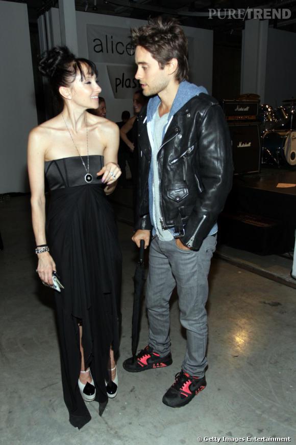 Chez Alice + Olivia, Jared Leto a fait une entrée sobre mais remarquée. En jean, perfecto et baskets, l'acteur détonnait parmi une foule de fashionistas en lamé.