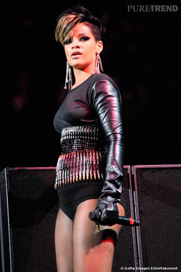 La jolie Rihanna en connait un rayon en termes de tenues de scènes. Adoratrice du cuir et autre matières de fétichistes. Les vêtements sont souvent très courts, pour mettre en valeur sa plastique de rêve et l'impression générale est celle d'une femme rebelle et dominatrice.