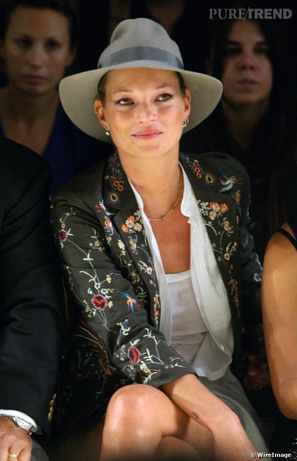 Kate Moss roule toujours pour Topshop. Le top était au premier rang du défilé de la ligne premium de la marque, Unique, vêtue d'ailleurs des pièces de sa propre collection.