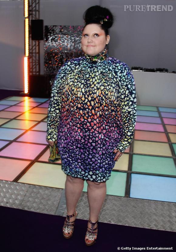 Loin d'avoir peur de porter des imprimés aux couleurs franches, Beth les ponctue même d'un maquillage très couture