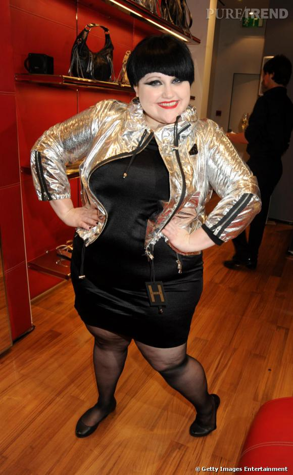 Coiffée d'une coupe au bol très couture, Beth a été l'une des précurseuses de la tendance metallic jacket