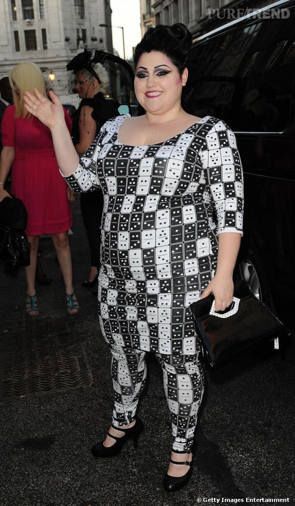 Beth montre ici ses talents de créatrice dans une robe à l'imprimé domino qu'elle a designée elle-même