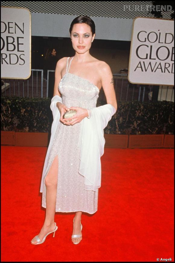 A ses débuts Angelina Jolie était un véritable garçon manqué. Ici avec une robe à paillettes, elle ne brille pas par son élégance.