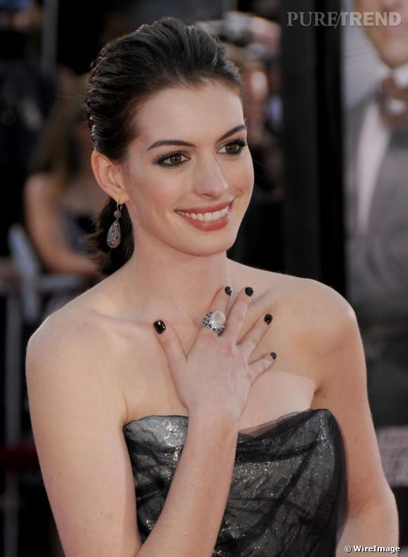 Loin de ses tenues pastel ou rouge vermeil, Anne Hathaway mise cette fois pour un bustier gris qu'elle assortit à des jolis ongles noirs. Mixée avec une bague à l'index, la couleur est la touche rock de sa tenue.