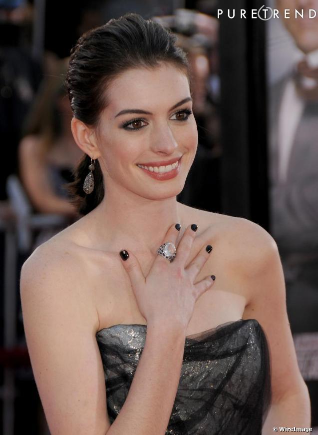 les ongles vernis noirs le bon decalage With good mariage des couleurs avec le gris 10 loin de ses tenues pastel ou rouge vermeil anne hathaway