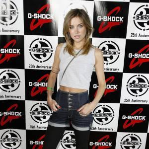 Jessica Stroup a misé sur un jean brut et un top au dessus du nombril. Le résultat est un peu cheap. On aurait préféré un jean plus clair, un haut plus long et surtout un collant à l'instar du legging qui se fond avec la couleur des bottes. Dommage.