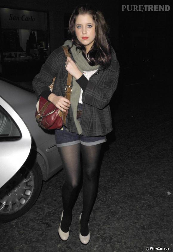 Voilà un look simple mais réussi. Peaches Geldof a bien compris que le short en jean se portait sans talons vertigineux, du moins en journée, et qu'il fallait le mixer avec des pièces loose. La it-girl anglaise est parfaite et s'offre une tenue hivernale, tendance et confort. A copier.