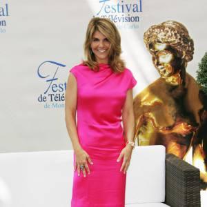 Il faut être une icône de mode pour être élégante et porter du rose bonbon. Lori Loughlin en est une!