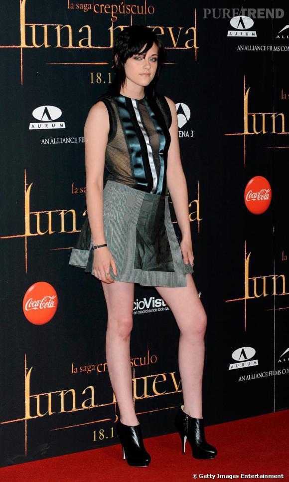En  Balenciaga  , Kristen l'audacieuse est plus sexy que jamais
