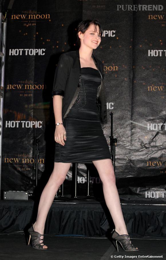 En robe  Dolce & Gabbana  et sandales  Jimmy Choo  , Kristen incarne l'essence de la working girl
