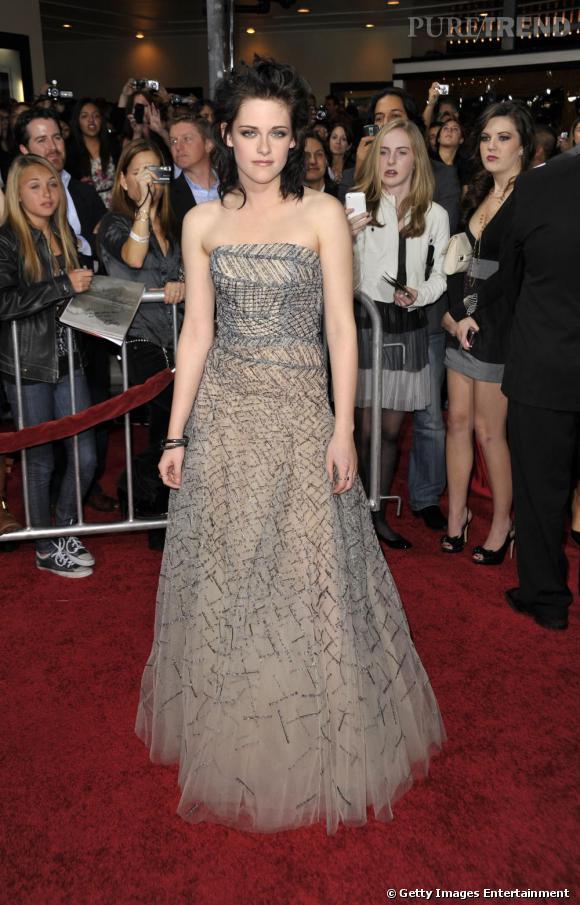 En merveilleuse héroïne romantique qu'elle est, Kristen porte la robe de princesse  Oscar de la Renta  comme personne