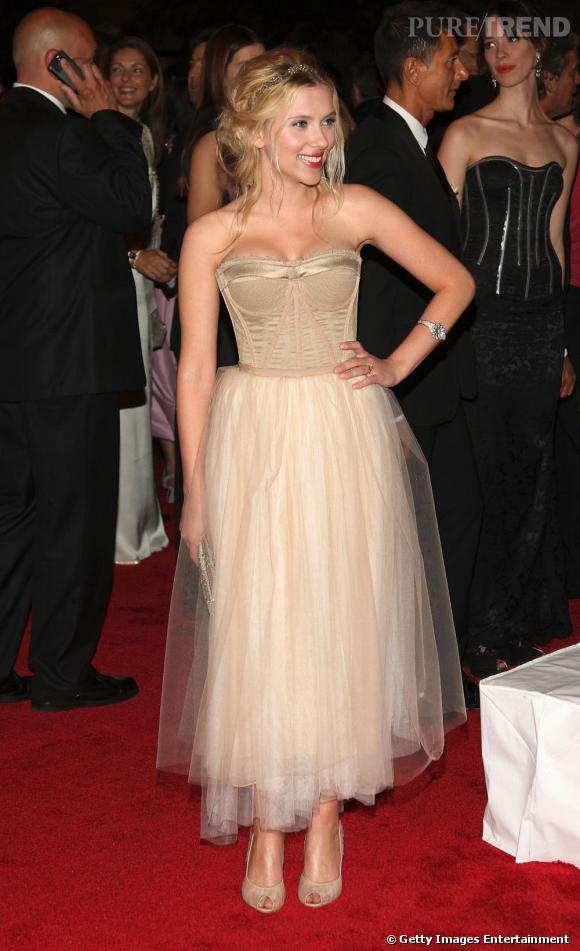Ce look à la fois bohème et classe lui va à merveille. Scarlett Johansson est rayonnante dans une robe bustier beige au jupon en tulle. Une pièce signée Dolce & Gabbana.