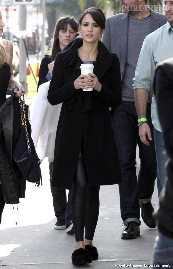 Jessica Alba, des chaussons sinon rien. Besoin d'un café plus corsé ?