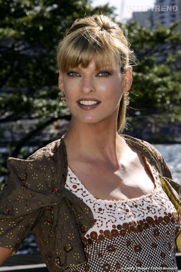 Linda Evangelista en 2004 : elle ré-adopte le blond et porte ses cheveux longs, lisses ainsi qu'une frange épaisse.
