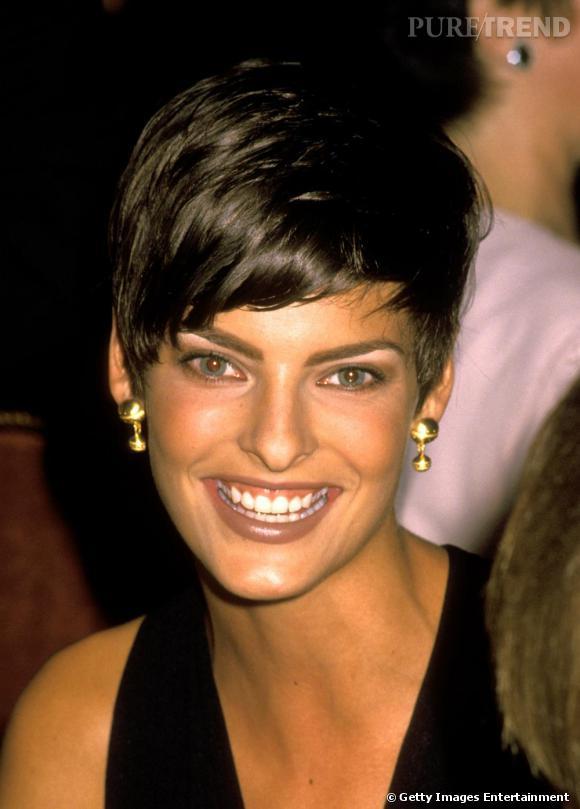 Le top à la fin des années 80, avec sa couleur naturelle qu'est le brun. Une coupe à la garçonne asymétrique pour une beauté androgyne.