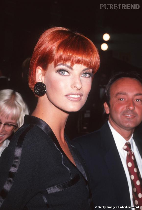 1991 : le top opte pour le rouge vif, une couleur osée qui fait ressortir ses yeux bleus.