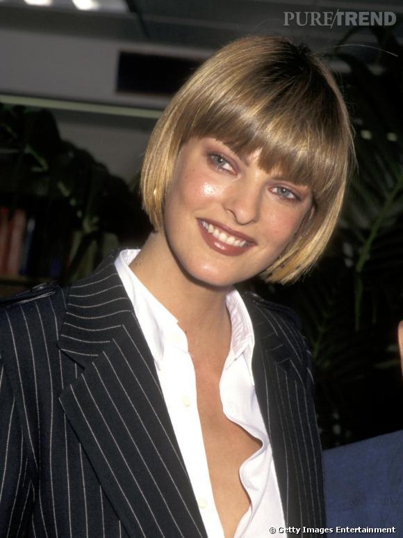 Linda Evangelista en 1990 : le relooking commence.   Ici en blonde, avec un carré et une frange.