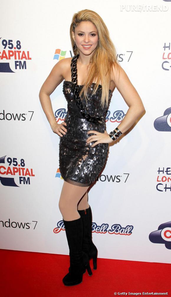 Métallique et glitter, un look piquant très rock accessorisé d'une épaisse chaîne norie en travers et d'un bracelet, également en métal. Du haut de ses bottes à talons en daim, Shakira est en mode rebelle.