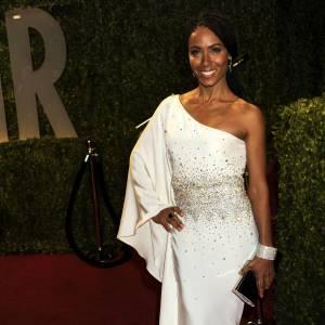 La femme de Will Smith dévoile ses magnifiques courbes en douceur dans une robe one-shoulder à strass dont le blanc contraste magnifiquement avec sa couleur de peau.