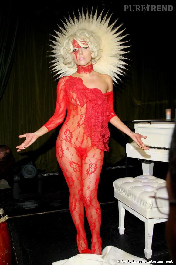 Si rien ne nous étonne plus, Lady Gaga a vraiment fait fort sur ce coup-là. Une combinaison en dentelle rouge transparente et une coiffure à la roi soleil, elle défie les règles de la mode.
