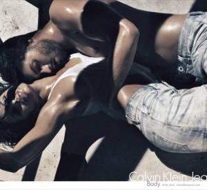 Eva Mendes et Jamie Dornan flirtent en Calvin Klein