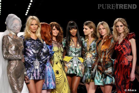 De gauche à droite : Daphne Guinness, Natasha Poly, Karen Elson, Helena Christensen, Naomi Campbell, Sasha Pivovarova toutes en Alexander McQueen.
