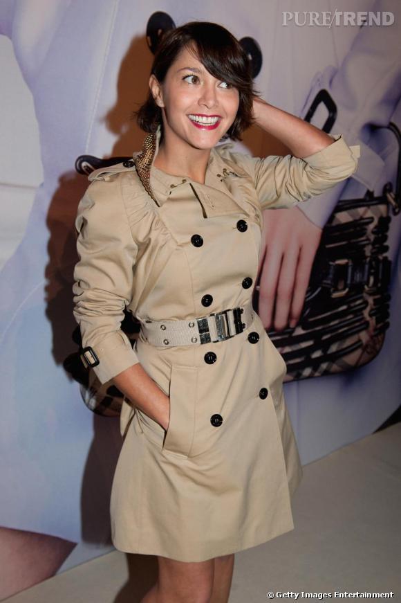 Audacieuse, Emma dit non à la robe classique, oui au trench Burberry.