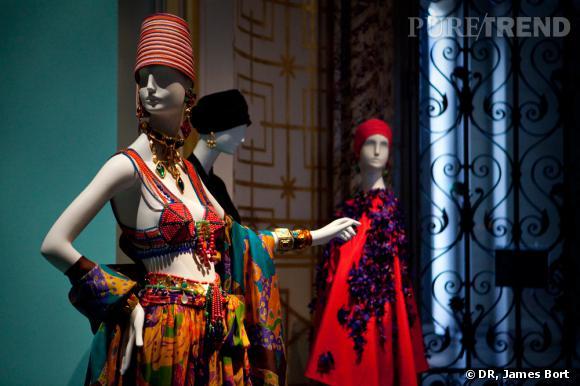 """Tenues inspirées du Maroc, présentées dans la salle """"Les voyages imaginaires"""" de l'exposition."""