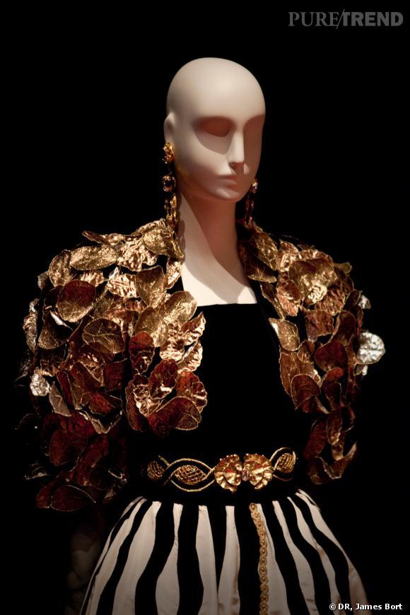 Ensemble du soir, boléro brodé de feuilles d'or, haut de velours noir, jupe de faille blanche brodée de velours noir et or, présenté en 1984