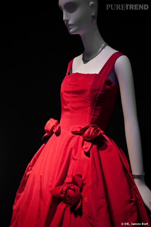 """Robe du soir de faille rose de la collection dite """"Trapèze"""" d'Yves Saint Laurent pour Christian Dior, présentée en 1958."""
