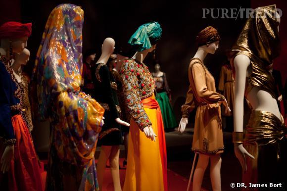 """Tenues inspirées du Maroc, présentée dans la salle """"Les voyages imaginaires"""" de l'exposition."""