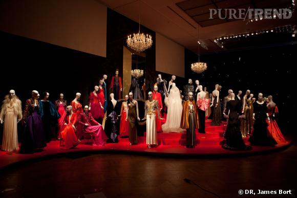"""Robes du soir dans la salle de l'exposition intitulée """"Le dernier Bal""""."""