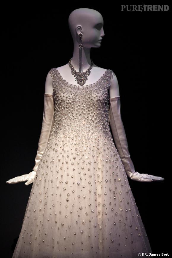 """Robe du soir de tulle blanc de la collection dite """"Trapèze"""" d'Yves Saint Laurent pour Christian Dior présentée en 1958."""