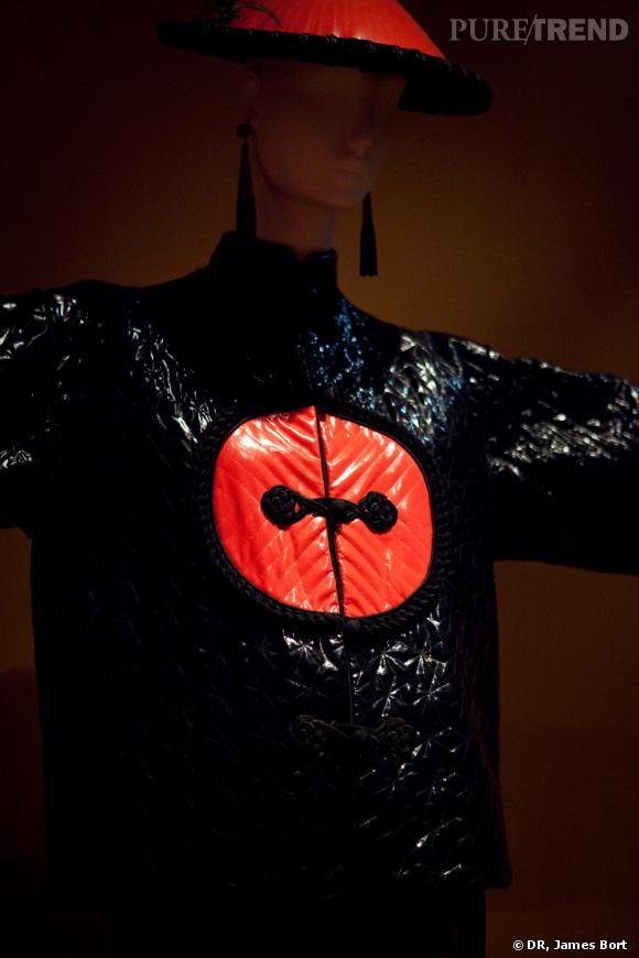 Ensemble du soir, paletot de ciré matelassé noir et rouge, pantalon, collection Automne-Hiver 1977