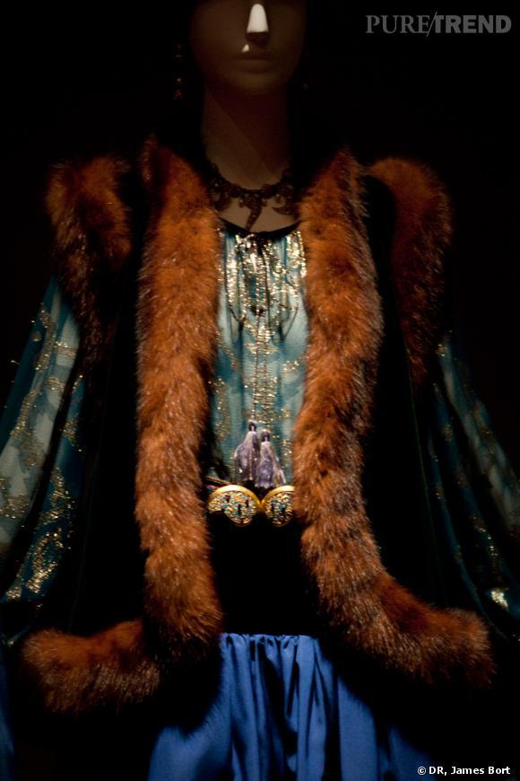 Ensemble du soir, boléro de velours émeraude et zibeline, blouse de mousseline canard et or, jupe d'ottoman bleu de Prusse, collection Automne-Hiver 1976.